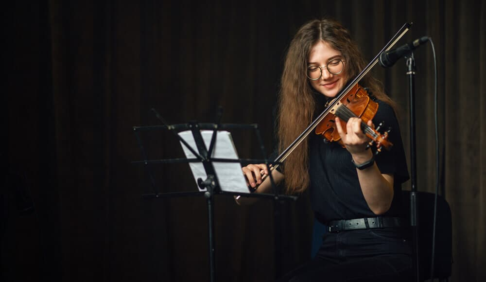 Recording the violin music live with acoustic microphone.